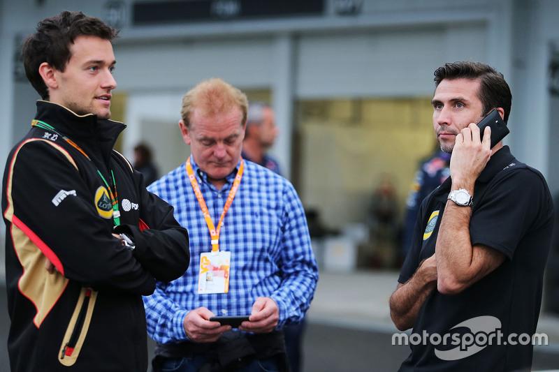 乔林•帕尔默(路特斯替补车手)与父亲乔纳森(前F1车手)、马修•卡特(路特斯CEO)