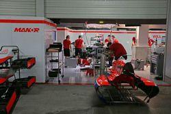 Los boxes Manor Marussia F1 Team en la noche