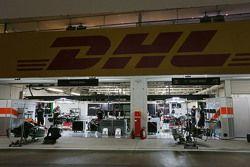 Boxes da Force India à noite