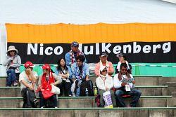 Los aficionados en las gradas y una bandera para Nico Hulkenberg, Sahara Force India F1