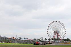 Макс Ферстаппен, Scuderia Toro Rosso STR10 едет впереди Карлоса Сайнса мл., Scuderia Toro Rosso STR10