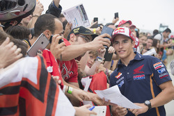 Marc Márquez, Repsol Honda Team firma autógrafo a un fan