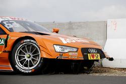 O carro de Jamie Green, Audi Sport Team Rosberg Audi RS 5 DTM, após acidente