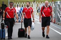 格雷米•洛登(马诺车队CEO)、马克•西恩斯(马诺车手教练)、约翰•布斯(马诺领队)