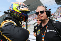 Pastor Maldonado, Lotus F1 Team con Mark Slade, Lotus F1 Team Ingeniero de carrera en la parrilla