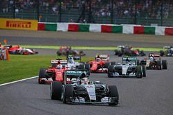 Lewis Hamilton, Mercedes AMG F1 W06 lidera al inicio de la carrera