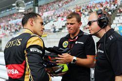 Пастор Мальдонадо, Lotus F1 Team и Марк Слейд, гоночный инженер Lotus F1 Team на стартовой решетке