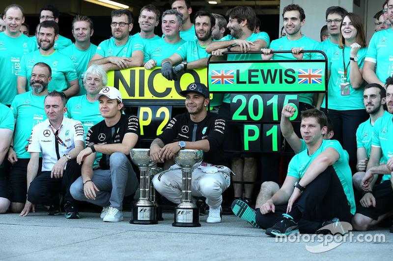 1. Lewis Hamilton, Mercedes AMG F1 Team, und 2. Nico Rosberg, Mercedes AMG F1 Team, feiern mit dem T