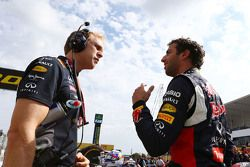 Daniel Ricciardo, Red Bull Racing, mit Stuart Smith, Red Bull Racing, Physio, in der Startaufstellung