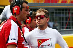 Sebastian Vettel, Ferrari con Riccardo Adami, Ferrari ingeniero de carrera en la parrilla