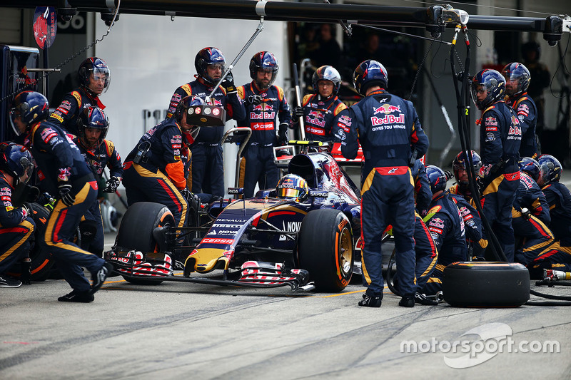 Carlos Sainz Jr., Scuderia Toro Rosso STR10 makes a pit stop and has a front wing change