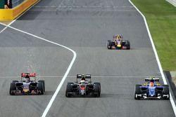 Max Verstappen, Scuderia Toro Rosso STR10, Jenson Button, McLaren MP4-30 y Felipe Nasr, Sauber C34 p