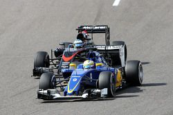 Marcus Ericsson, Sauber C34 y Fernando Alonso, McLaren MP4-30