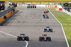 Fernando Alonso, McLaren MP4-30 y Carlos Sainz Jr., Scuderia Toro Rosso STR10, pelean por la posició