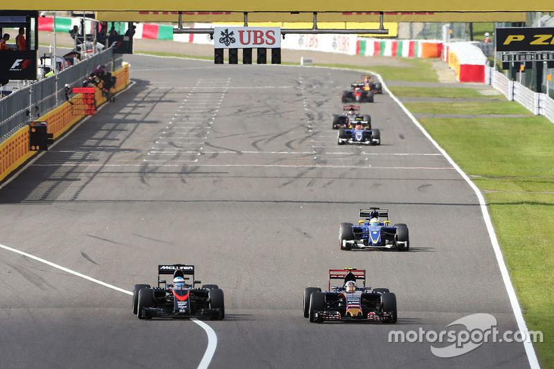 Fernando Alonso, McLaren MP4-30 y Carlos Sainz Jr., Scuderia Toro Rosso STR10, pelean por la posición.