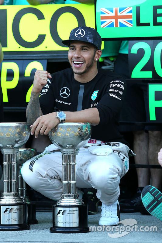 Race winner Lewis Hamilton, Mercedes AMG F1 Team celebrates with the team