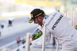 1. Lewis Hamilton, Mercedes AMG F1, feiert mit Champagner auf dem Podium