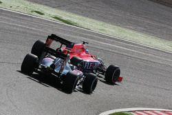 Will Stevens, Manor F1 Team devant Fernando Alonso, McLaren MP4-30