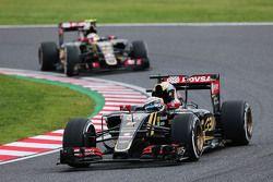 Ромен Грожан, Lotus F1 E23 едет впереди Пастора Мальдонадо, Lotus F1 E23