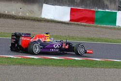 Daniel Ricciardo, Red Bull Racing RB11 con una ponchadura al inicio de la carrera
