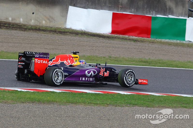 Daniel Ricciardo, Red Bull Racing RB11 with a puncture on the opening lap of the race