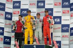 Podium: ganador, Felix Rosenqvist, Prema Powerteam, segundo lugar, Antonio Giovinazzi, Jagonya Ayam