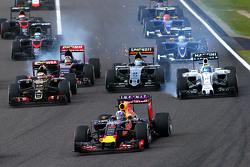 Felipe Massa, Williams FW37 rentre dans le premier virage avec des dégâts derrière Daniel Ricciardo, Red Bull Racing RB11