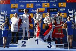 Podium: Le vainqueur de la course, Jose Maria Lopez, Citroën C-Elysée WTCC, Citroën World Touring Car team, le deuxième, Yvan Muller, Citroën C-Elysee WTCC, Citroën World Touring Car team, le troisième, Sébastien Loeb, Citroën C-Elysée WTCC, Citroën World Touring Car team