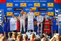 Подиум: победитель гонки - Иван Мюллер, Citroën C-Elysee WTCC, Citroën World Touring Car team, второе место - Габриэле Тарквини, Honda Civic WTCC, Honda Racing Team, третье место - Хосе-Мария Лопес, Citroën C-Elysée WTCC, Citroën World Touring Car team