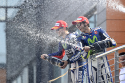 Il vincitore Jorge Lorenzo e il terzo classificato Valentino Rossi, Yamaha Factory Racing