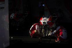 Meccanici Ducati Team a lavoro sulla moto di Andrea Dovizioso