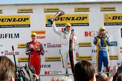 Podio gara 1: il secondo classificato Gorden Shedden, Honda Yuasa Racing e il vincitore Mat Jackson, Motorbase Performance e il terzo classificato Andrew Jordan, MG 888 Racing
