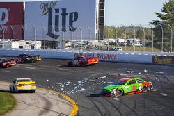 Danica Patrick, Stewart-Haas Racing Chevrolet, kollidiert mit David Ragan, Michael Waltrip Racing To