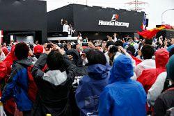 Fernando Alonso, McLaren acena para o público