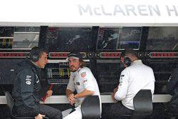 Fernando Alonso, de McLaren en el muro de boxes con el ingeniero Andrea Stella
