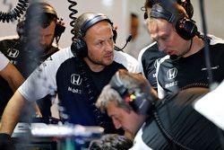McLaren trabalha na garagem