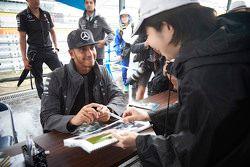 Lewis Hamilton, de Mercedes AMG F1 Team firma de autógrafos para los aficionados