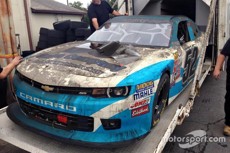 El trailer quemado de Jimmy Means Racing con el auto de Joey Gase