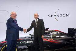Исполнительный директор Moët Hennessy Кристоф Наварра и Рон Деннис, глава McLaren Technology Group