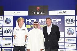 الشيخ سلمان بن عيسى آل خليفة الرئيس التنفيذي لحلبة البحرين الدوليّة، وجيرارد نيفو الرئيس التنفيذي لبطولة العالم لسباقات التحمل، وسائق فريق بورشه برندون هارتلي