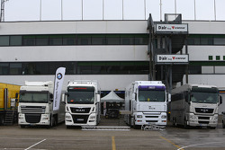 Les camions dans le Paddock