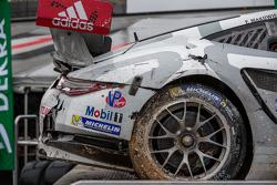 La #912 Porsche Team North America Porsche 911 RSR incidentata: Jörg Bergmeister, Earl Bamber, Frédé