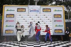 Podio: ganadores de la carrera GS # 46 Fall-Line Motorsports BMW M3: Trent Hindman, Ashley Freiberg,