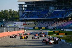 Start: Louis Deletraz, Josef Kaufmann Racing memimpin