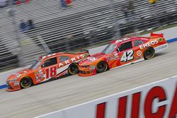Daniel Suarez, Joe Gibbs Racing Toyota y Kyle Larson, HScott Motorsports Chevrolet