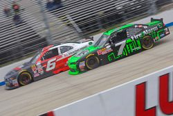 Regan Smith, JR Motorsports Chevrolet ve Darrell Wallace Jr., Roush Fenway Racing Ford