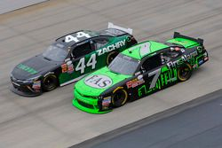 Regan Smith, JR Motorsports Chevrolet ve David Starr, TriStar Motorsports Toyota