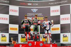 Podio gara 1: il secondo Tom Sykes, Kawasaki, il vincitore Jonathan Rea, Kawasaki e il terzo Sylvai