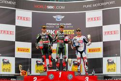 Podio Carrera 1: el segundo lugar Tom Sykes, Kawasaki, ganador Jonathan Rea, Kawasaki, y el tercer l
