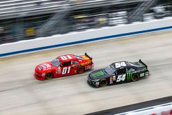 Lveon Cassill, JD Motorsports Chevrolet ve Kyle Busch, Joe Gibbs Racing Toyota